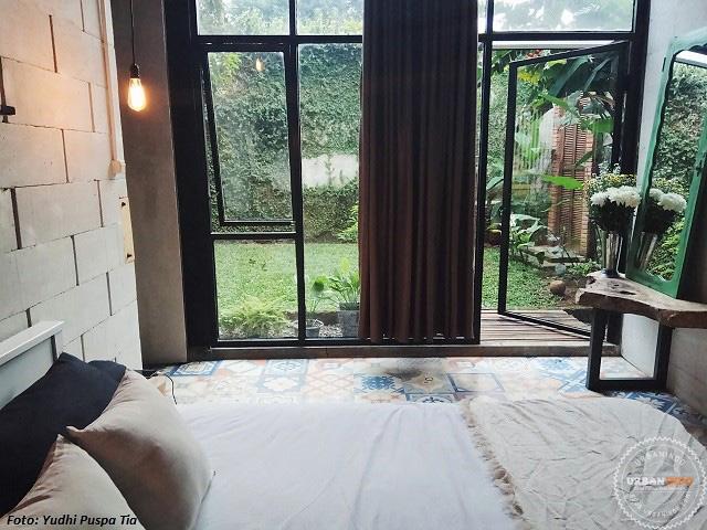 Tertarik mengaplikasikan open space dan kaca terbuka seperti di rumah Tia? Semoga bisa menginspirasi Anda! & Privasi Terjaga Meski Terapkan Open Space dan Kaca Terbuka