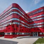 Unik! Gedung Palang Merah Ini Didesain Merah Menyala untuk Menarik Pendonor