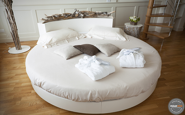 6 Pilihan Ranjang Bulat untuk Memperindah Kamar Tidur Luas. Unik Banget!